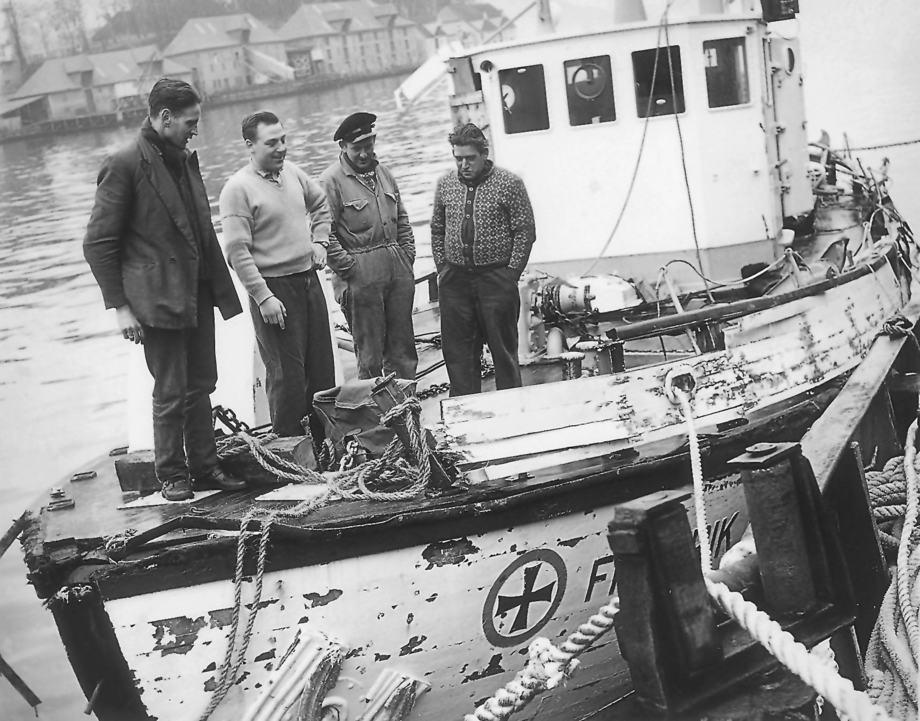 Mannskapet inspiserer skaden på «Fredrik Langaard» etter at skøyta i 1963 ble slengt helt rundt i Nordsjøen. Føreren Ingvald Viksøy i lys genser. Foto: Redningsselskapets arkiv