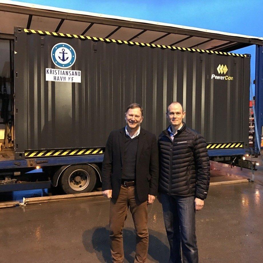 Havnedriektør Halvard Aglen og en representant for PowerCon foran det nye anlegget. Foto: Kristiansand Havn