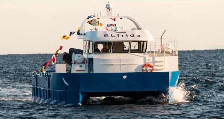 ELfrida er verdens første elektrisk arbeidsbåt. Båten skal operere for Salmar Farming. Batteriene er levert av Siemens. Foto: ENOVA