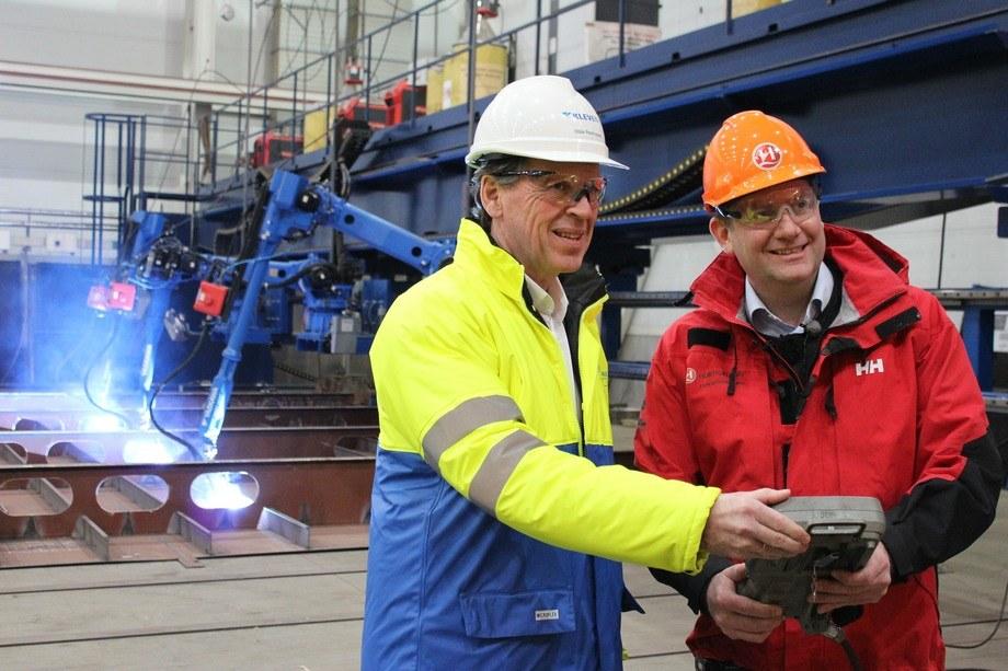 Bildet viser konsernsjef i Hurtigruten Daniel Skjeldam til høyre, og konsernsjef i Kleven Ståle Rasmussen som kjører i gang arbeidet på