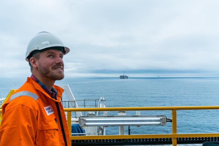 Martin Fossum (24) er formidler i porsjektet Office X som undersøker norsk næringsliv for fremtidens arbeidstakere. Foto: Offic X