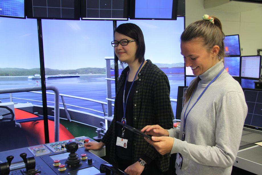 ; Jenny Veronika Manne og Marie Gotaas Buøen er to av studentene i Digitall tool-teamet. Foto: Kongsberg Gruppen