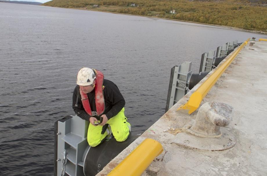 Bas på anlegget på Jacobsneskaien, Pål Øystein Jakobsen, sjekker ut de nye fenderene på Jakobsneskaia. Foto: Consolvo