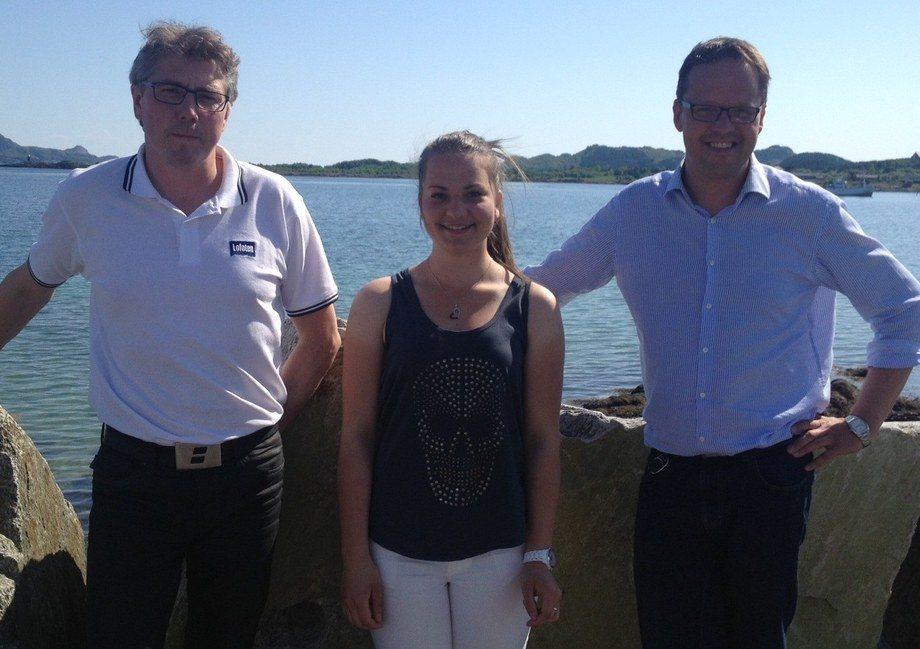 Stipendiat Elise K. Kuntze sammen med Lofotprodukts økonomisjef Jim I. Hammer (t.v.) og daglig leder Sigvald Rist (t.h.).