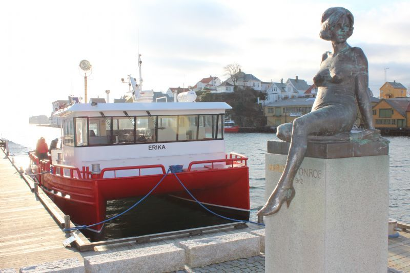 Risnes Marine Craft, arbeidsbåt, statue, til kai, katamaran
