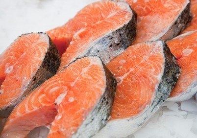 I fire uker fikk overvektige rotter servert bakt og rå fisk i en studie ved Universitetet i Bergen. Den bakte fisken kom best ut. Arkivfoto av laksefilet.
