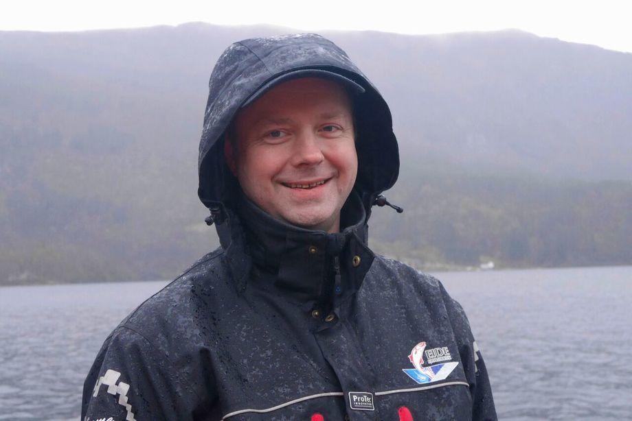 - Vi er ikke opptatt av profitten fra settefiskanlegget, vi skal tjene på den store fine fisken vi fôrer fram. sier Anders Jan Rød, produksjonssjef for settefisk hos K J Eide Fiskeoppdrett. Foto: privat