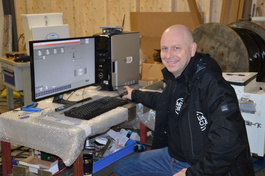 Daglig leder Tor Espen Skoglund, sier Aqua Circle nå skifter navn til Aquality AS. Her styrer han fôret rognkjeksen vil få fra datamaskinen med spesialtilpasset programvare. Foto: Therese Soltveit.