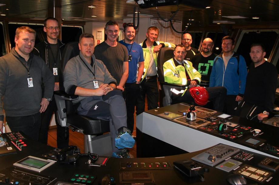 Vinnerlaget: Byggeoppfølgingsteamet og mannskapet fra NFT har jobbet godt sammen med prosjektorganisasjonen ved Havyard Ship Technology i Leirvik. Fra venstre: Operasjonssjef Oddleif Wigdahl, teknisk medarbeider Stig Hjordahl, nybyggingssjef Børge Lorentzsen, matros Arve Moen, kokk /matros Ole Henrik Henriksen, produksjonsansvarlig Bjarte I Sørestrand (Havyard), prosjektleder Trygve Solaas (Havyard), matros / motormann Kurt Helge Grunnan, maskinsjef Rune Larsen, overstyrmann Rune Grøntveth og kaptein Erling Lorentzen. Foto: Havyard Group AS
