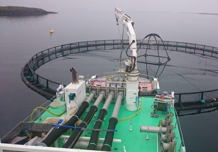 Maskin på lekter  med utløp fra fire avluserlinjer over til filtersystemet. Foto: Flatsetsund Engineering.