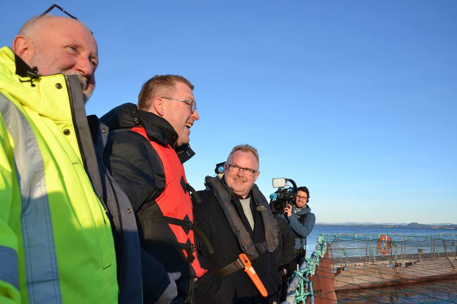 Per Sandberg ute på sin første tokt som fiskeriminister. Foto: Linn Therese Skår Hosteland.