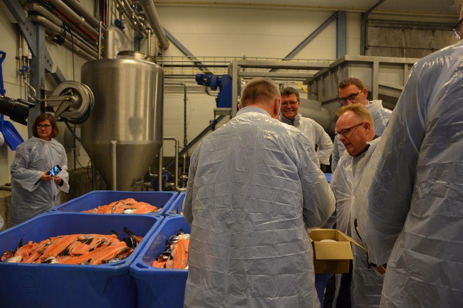 Fiskeriministeren fulgte godt med da han ble fortalt mulighetene som ligger innen biprodukter hos Biomega . Foto: Linn Therese Skår Hosteland.