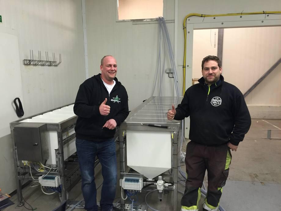 Andreas Lindhom og Jonny Møgster i Aqua Circle er godt fornøyde med å få på plass det nye fôringsanlegget til rognkjeksen. Foto: Tor Espen Skoglund.