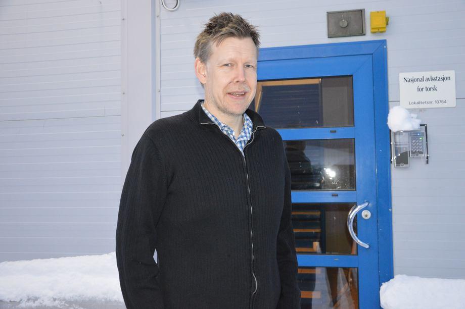 – Stamfiskfôr kan være nøkkelen til lavere dødelighet hos rognkjeksen, også «senere i livet», sier forsker Øyvind Hansen, avbildet foran «Senter for marin akvakultur», også kjent som avlstasjon for torsk i Tromsø. Foto: Therese Soltveit.