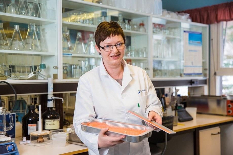 Forsker Trine Ytrestøyl har forskning som viser at omega-3-innhold i fôr og kanskje stress påvirker hvor rød laksefileten er. Foto: Terje Aamodt/Nofima.