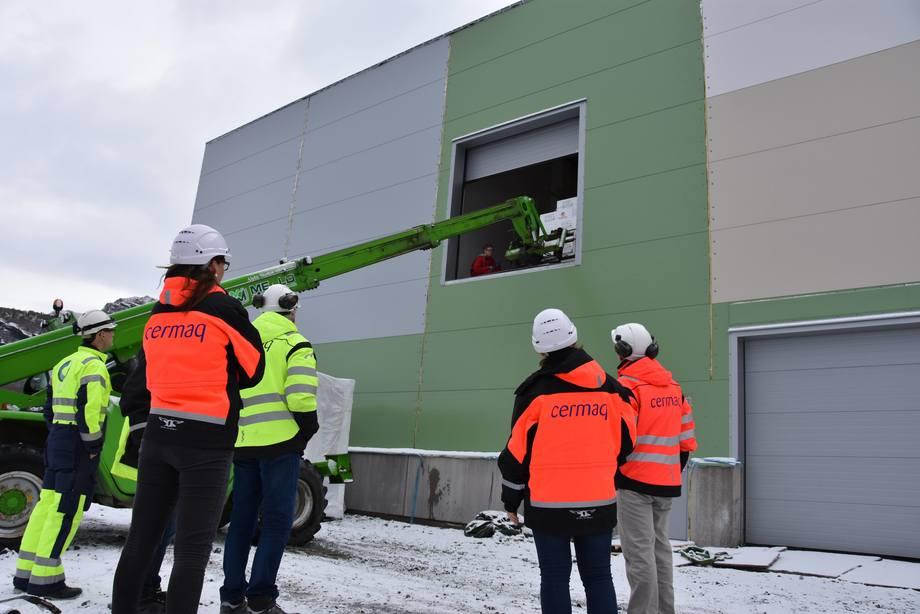 Pallen med den aller første rogna løftes inn i klekkeriet i Cermaqs splitter nye settefiskanlegget på Forsan i Steigen. Foto: Aquagen.