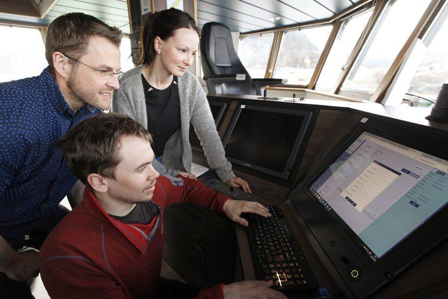 Om bord i AQS Odin. F.v Joachim Buarø i Naviaq, Lena Einseth og Bastian Faaness i AQS.Foto: Naviaq.