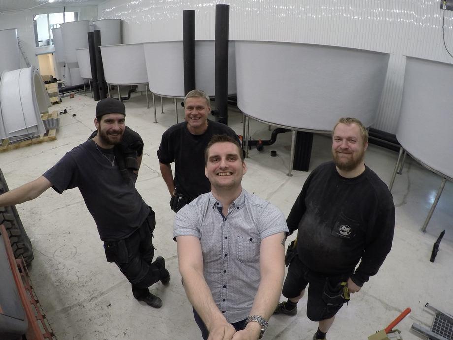 Fra påvekstavdelingen. Dan Kristian Larssen her sammen med tre montører fra Billund Aquakulturservice. Foto: Atlantic Lumpus.