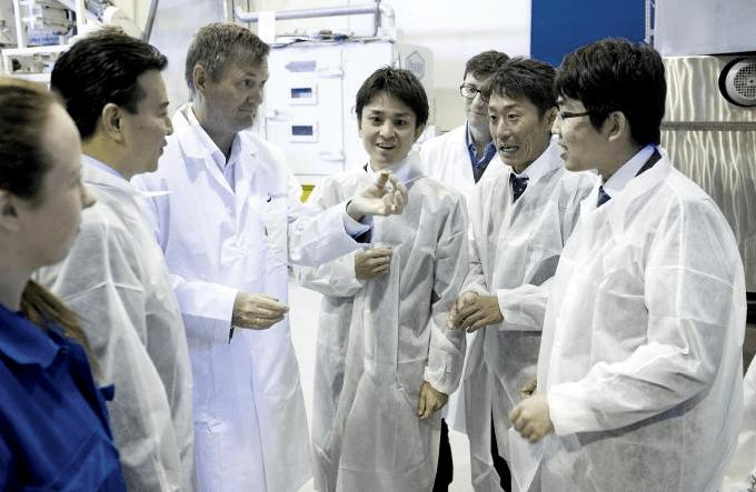 Representanter fra fôrselskapet Nosan Corporation, som er 100 prosent eid av industrigiganten Mitsubishi, er på opplæring i Norge. I Nofimas produksjonshall i Kjerreidviken i Bergen lærer de den hemmelige prosessen. Foto: Helge Skodvin.