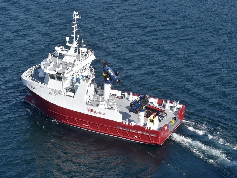 KB «Troll», her på sin jomfrutur i Nærøysundet sist fredag, får i oktober et søsterskip: KB «Namdal».  Det andre 24-meters servicefartøyet vil leies over en periode på fem år fra Moen Ship Management. Foto: Tom Lysø