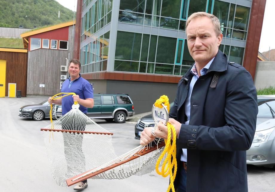 Hengekøyer er en av Nofirs spesialiteter. Ger Wenberg og Øistein Aleksandersen har samarbeidet lenge om å gjenvinne utrangerte oppdrettsnøter. Foto: Designia - Lars Antonsen