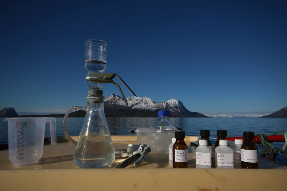 Nordfoldfjorden er en av fjordene som er grundig undersøkt. Her filtreres sjøvann for å skille ut biomasse som skal undersøkes. Resultatene er svært gode