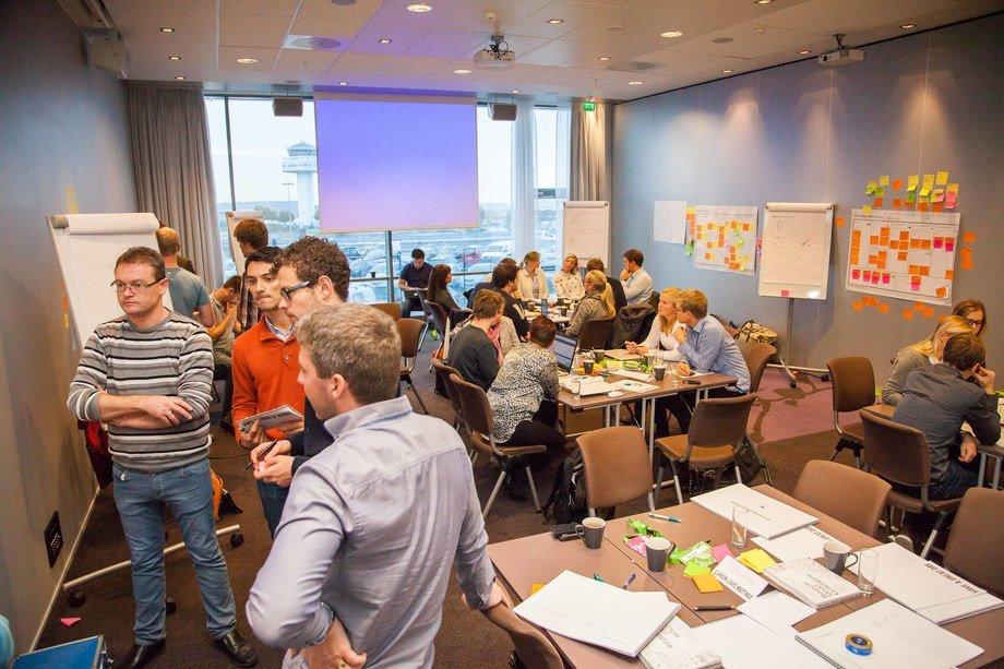 Selskap som har en god ide til innovasjon, kan nå få drahjelp til å komme i gang med oppstart og kommersialisering. Nå arrangeres det første programmet rettet mot aktører i mot sjømatnæringen. Her fra en samling i et tidligere program.