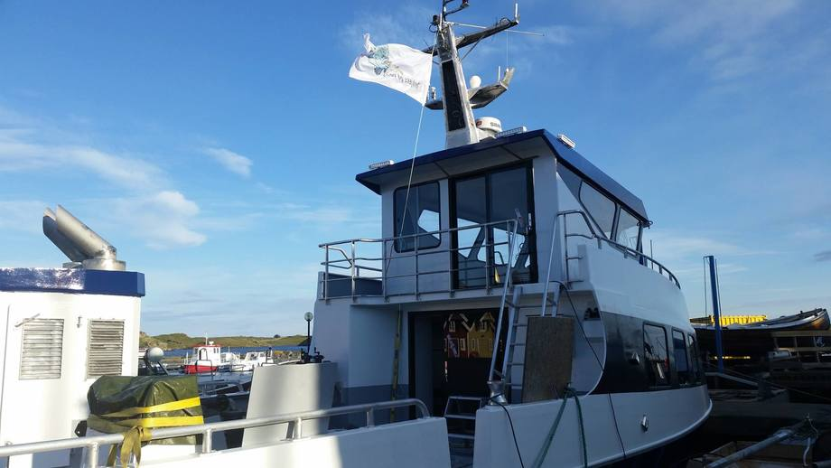 Kvitsøy Sjøtjenester går som det suser om dagen, og transportbåt for rensefisk er sjøsatt. Den skal tas i drift neste uke og har allerede fått på plass et eget rognkjeks-flagg. Hvor det står: -