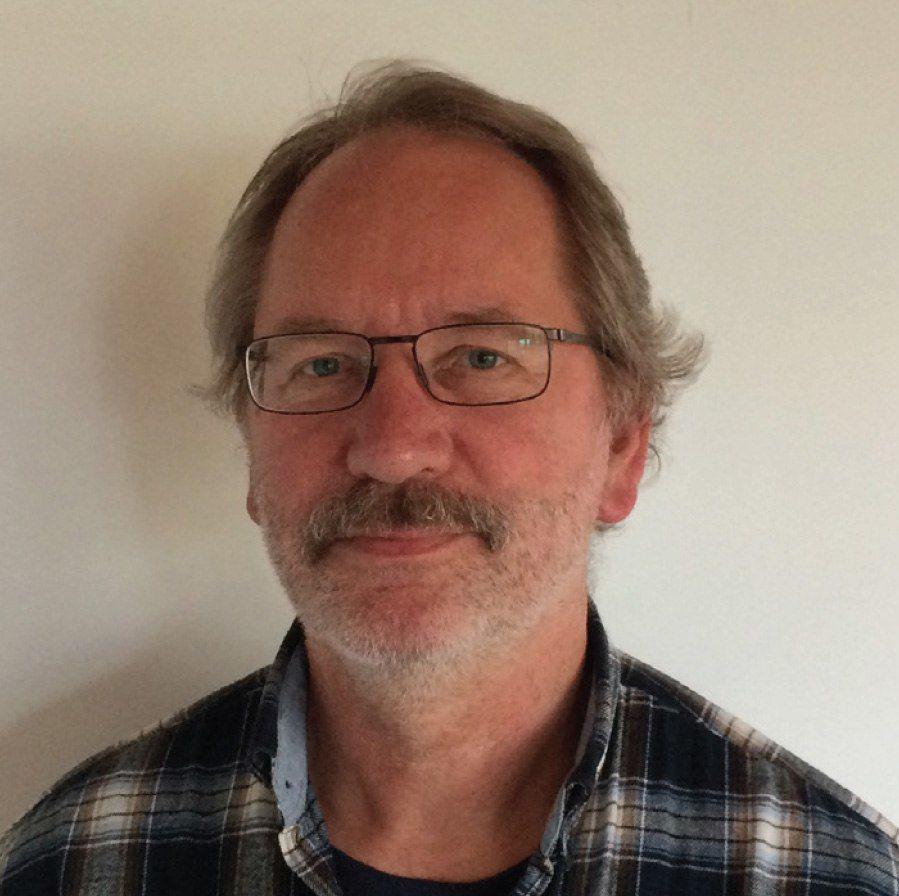 Veterinær Carl Aage Wangel mener at en i stedet for en nær nulltoleranse overfor lakselus, bør akseptere at det i dagens åpne anlegg ikke er mulig å drive lusefritt.Foto: Privat.
