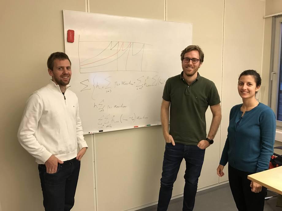 Fra venstre er Erlend Torgnes sammen med to av utviklerne i selskapet, Mattias Svensson (i grønt), og Penelope Melgarejo. Foto: Optimeering Aqua.