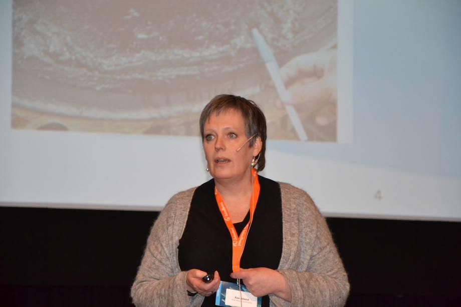 Åse Åtland forteller at NIVA har utviklet passive prøvetakere som kan måle hydrogensulfid i RAS-anlegg. Foto: Magnus Petersen/Kyst.no.