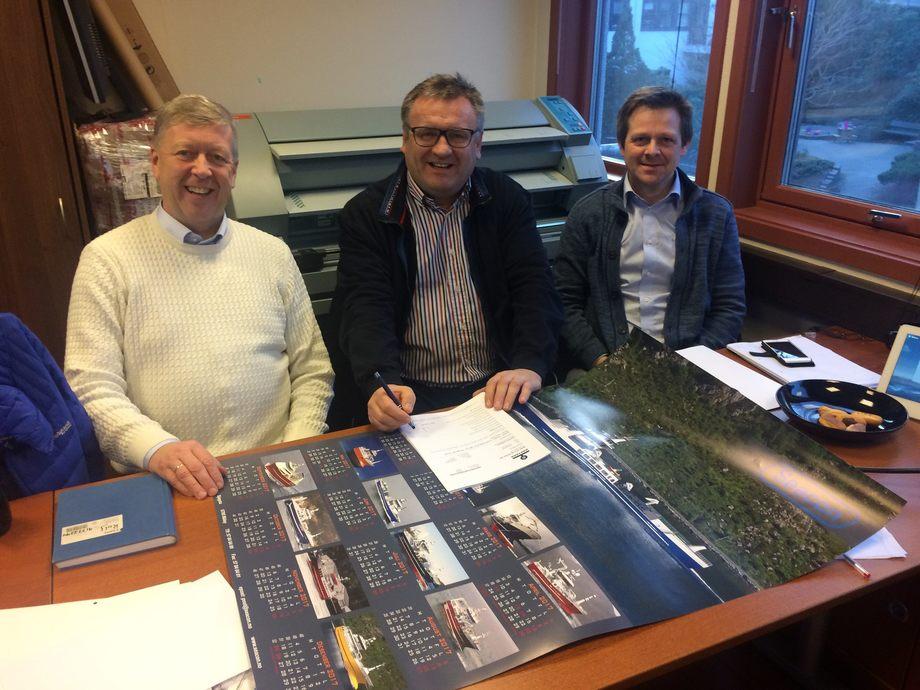 Artic Shipping-direktør Ove Vilnes (i midten) signerer ny kontrakt med Leif Gjelseth (t.v) og Arnfinn Hide fra Havyard MMC. Foto: Havyard MMC AS.