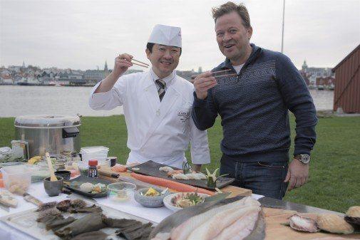 Arne Hjeltnes leder programmet «Rå fisk og sylskarpe knivar». Foto: Norges Sjømatråd.
