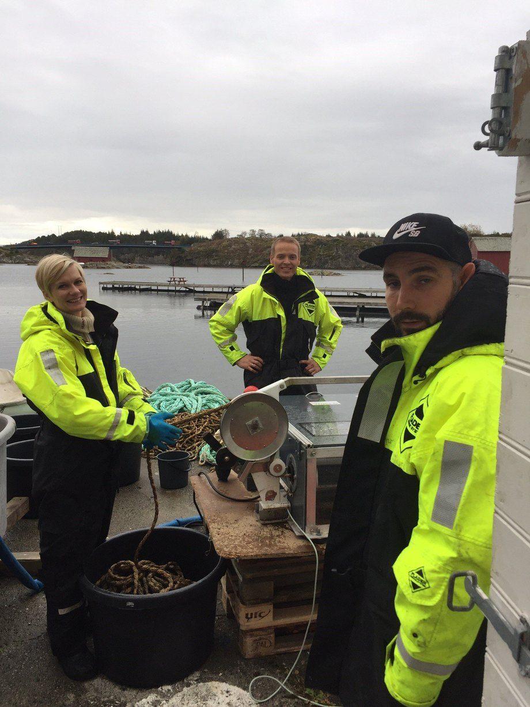 Fra venstre står Silje Forbord fra Sintef, som er prosjektansvarlig for prosjektet Nymat. I midten av bildet er Aleksander Handå også fra Sintef, og til høyre står Christian Skår. Foto: Edvin Andre Skår.