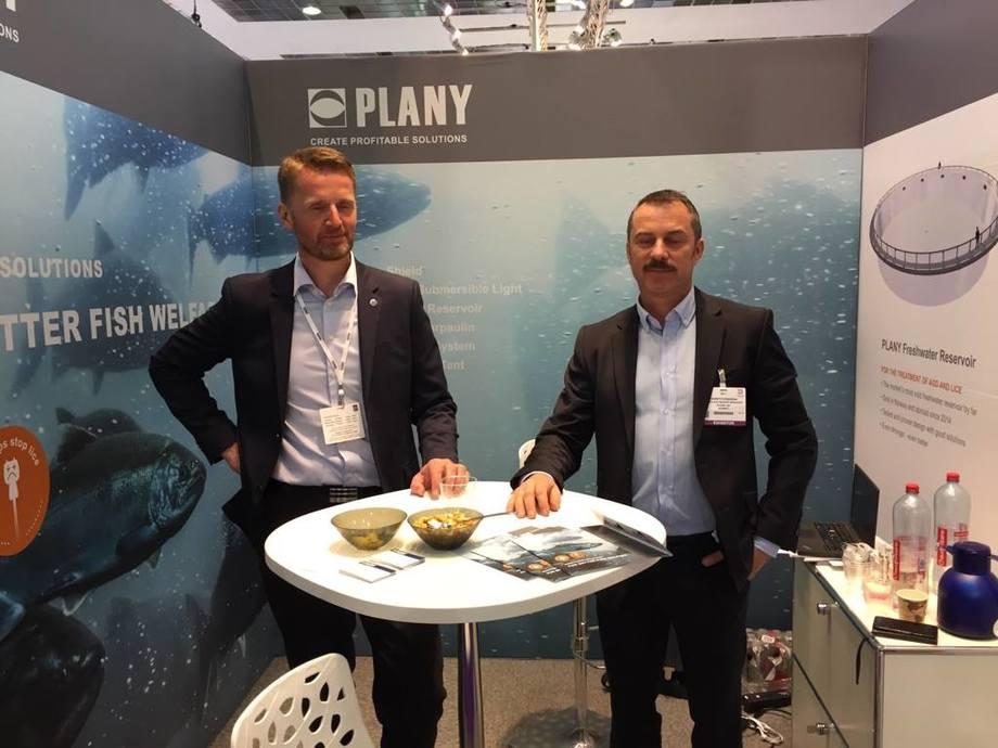 Gunnar Larsen og Kenneth Brandal fra Plany, sier de ikke angret på at de stilte med stand på Seafood Expo messen i Brussel. Foto: Pål Mugaas Jensen.
