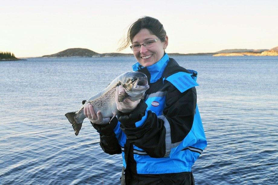 Marta Bou Mira har studert hvor mye marint fett oppdrettslaksen trenger for å ha god helse. Foto: Kjellrun Hoås Gannesta/Nofima.