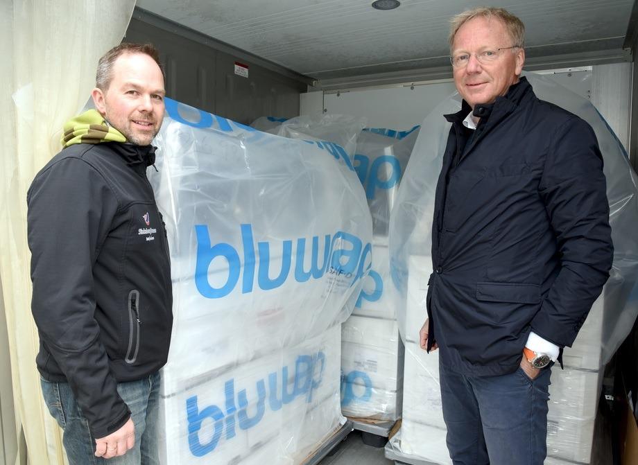 Fabrikksjef Eskil Laukvik (til venstre) hos SinkabergHansen og Ola H. Strand, representant for BluWrap i Norge, ved paller pakket etter den aktuelle metoden til BluWrap. Foto: Tom Lysø.
