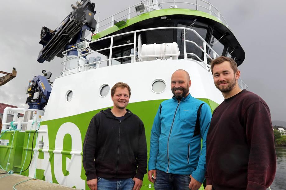 Skipper Tommy Moa (til venstre), operasjonssjef Stein Are Ystmark og matros og dykker Magnus Sundsfjord gleder seg til å ta i bruk den nye katamaranen, AQS Tyr. Foto: AQS