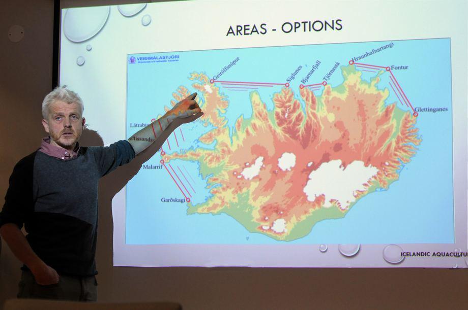 Produksjonsområdene for oppdrett på Island er lokalisert til vestfjordene (der hånden peker) og østfjordene (til høyre på kartet). Foto: Pål Mugaas Jensen.