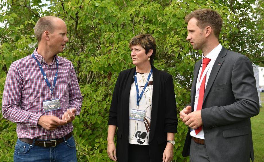 Anders Karlsson-Drangsholt (Bellona, t.v.), Anne Hilde Midttveit (Lerøy) og Lars Wasa Andersen (ABB) diskuterer studien for lakse- og ørretproduksjon i sjø uten utslipp av klimagasser, NOx og SOx. Foto: NTB.