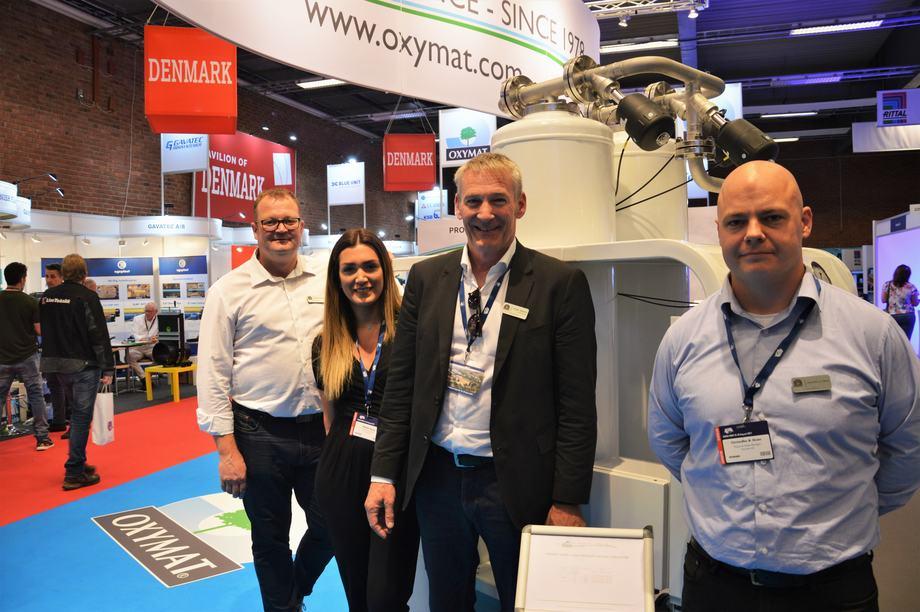 Jesper Sjögren, administrerende direktør i det danske selskapet Oxymat, sammen med de ansatte Jesper Nørgaard, Nadia Faraj og Christoffer Dixen på Aqua Nor i Trondheim. Foto: Therese Soltveit.