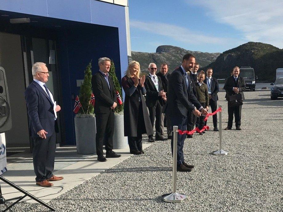 HKH Kronprins Haakon klippet snoren til stor tilfredshet for Per Anton Løfsnes (t.v), Espen Ledang og HKH Kronprinsesse Mette-Marit. Foto: Havbruksparken Midt-Norge.