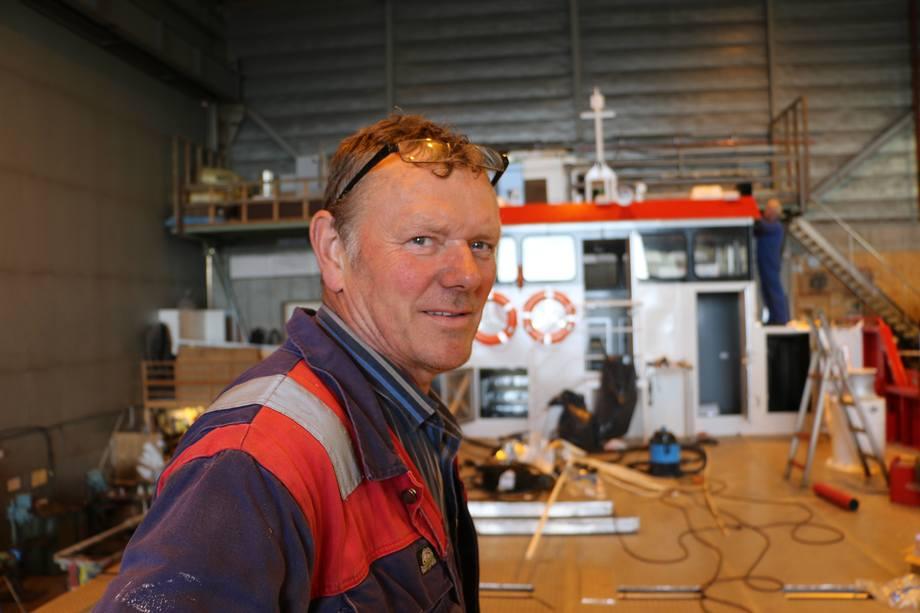Oma Slipp sin daglig leder Oddvar Oma, forteler at arbeidsbåten de jobber med er nybygg nummer fire. Foto: Vibeke Blich