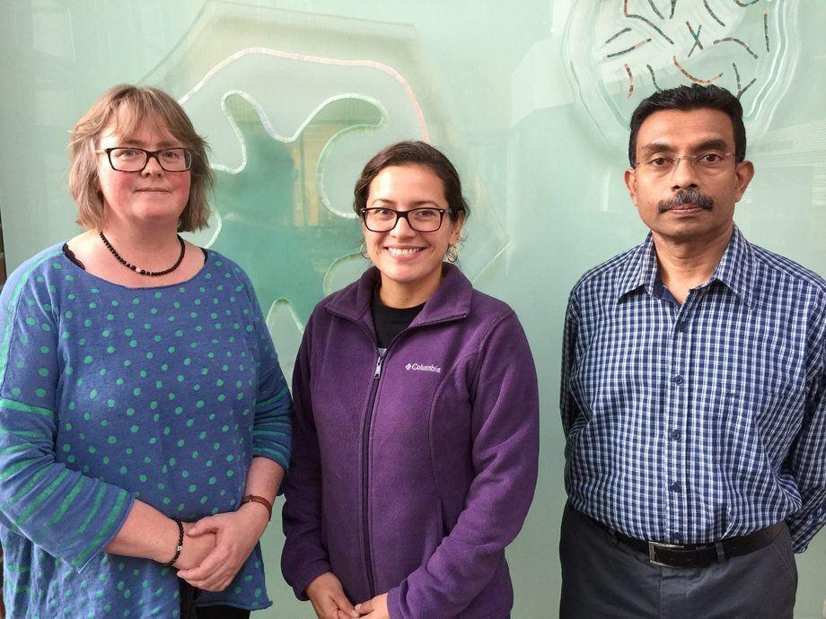 F.v. Professor Mette Sørensen, forsker Daniela Morales-Sanchez og prof essor Kiron Viswanath ved Nord Universitet. Foto: Nord Universitet.