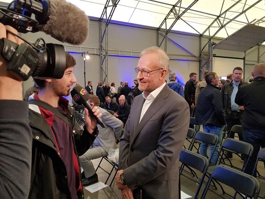 Jan Sverre Røsstad var svært fornøyd med kapasitetsutvidelsen ved fôrfabrikken på Karmøy, og fikk stor interesse fra media. Foto: Gustav-Erik Blaalid.