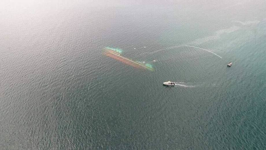 Seikongen ligger fortsatt på ti meters dyp, med 200 tonn laks i tankene. Foto: Facebook/Defandamos Chiloé.