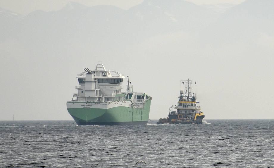 Øystrand under slep for utrustning. Foto: Skipsrevyen.