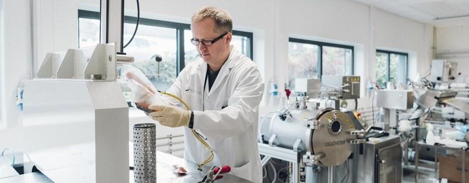 Trond Løvdal está investigando maneras de usar alta presión para extender de manera segura la vida útil de los pescados evitando su decoloración. Foto: Nofima