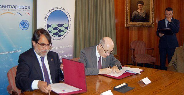 Firma de convenio de colaboración entre PUCV y Sernapesca. Imagen: Sernapesca.