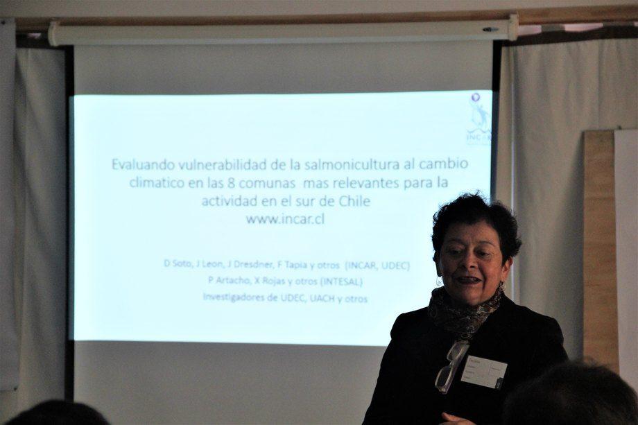 Dra. Doris Soto introduciendo taller de vulnerabilidad al cambio climático. Foto: Francisco Soto, Salmonexpert.
